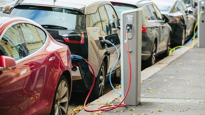 El precio de los coches eléctricos, ¿dónde ha bajado más? Análisis de la última década