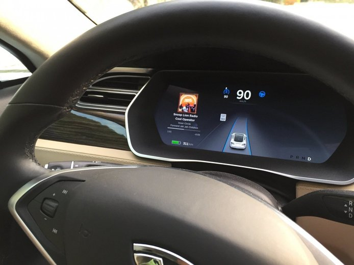 El doble filo de la conducción semiautónoma con Tesla Autopilot: distrae más a los conductores