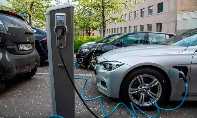 Foto coches eléctricos cargando en instalación pública