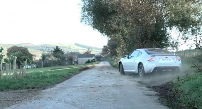 Gymkhana Subaru BRZ: la forma más rápida de ir a buscar la leche fresca