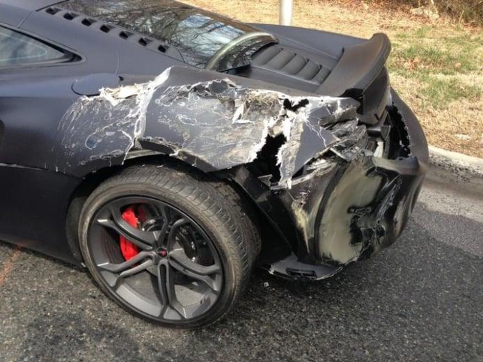 Un McLaren MP4-12C se pelea con un camión (y pierde)