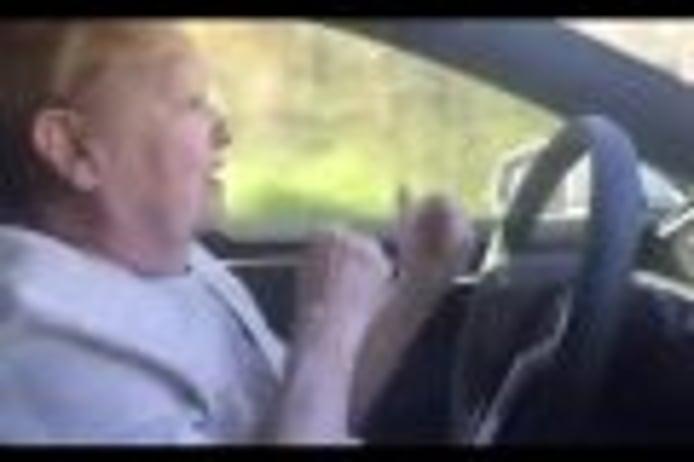 Mira la reacción de esta señora de 70 años en un Tesla Model S con el Autopilot activado