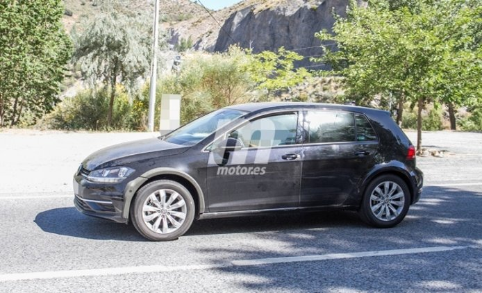 Volkswagen Golf Alltrack 2021 - foto espía lateral