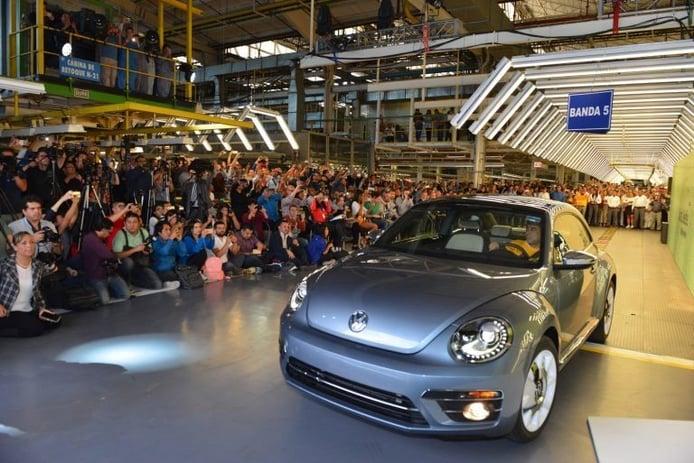Volkswagen ensambla la última unidad del Beetle en México