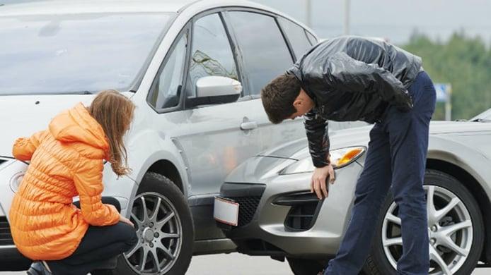 Las mujeres sufren menos accidentes que los hombres, ¿por qué son las que más partes dan al seguro?