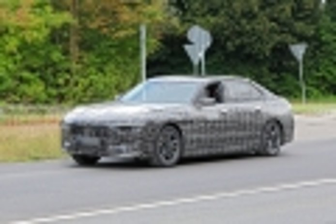 El BMW i7, la alternativa al Tesla Model S y al Mercedes EQS, ya rueda en carretera