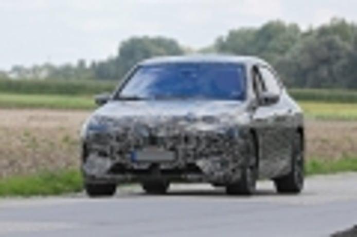 El BMW iX 2021, ataviado con el paquete M Performance, posa en fotos espía