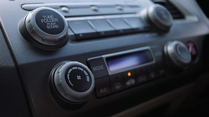 Cómo instalar o cambiar la radio del coche correctamente