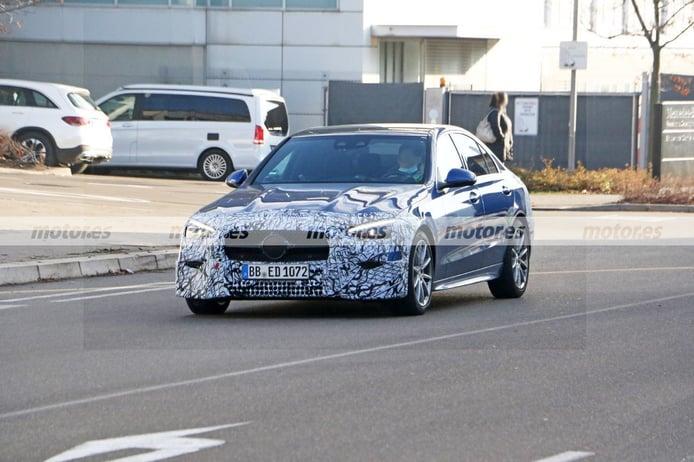 Los prototipos del nuevo Mercedes Clase C Berlina 2021 ruedan medio destapados