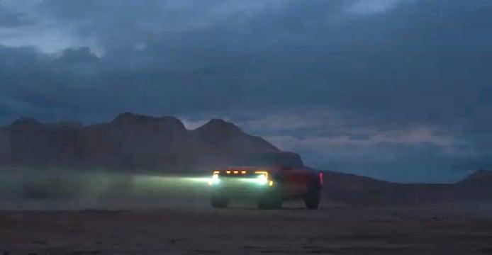El Ford F-150 Raptor anuncia su llegada con un guiño al RAM 1500 TRX