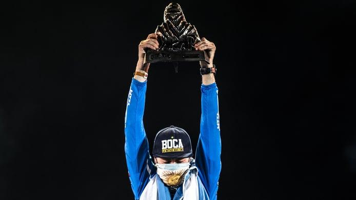 Manuel Andujar lleva el escudo del Club Boca Juniors a lo más alto del Dakar