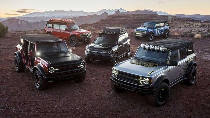 La réplica de Ford al Jeep Easter Safari son varios Bronco cargados de accesorios