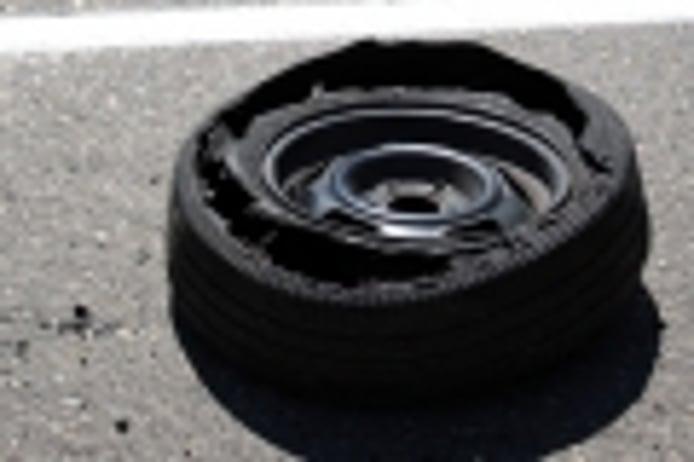 Reventón de un neumático: qué lo propicia y cómo actuar en caso de sufrirlo