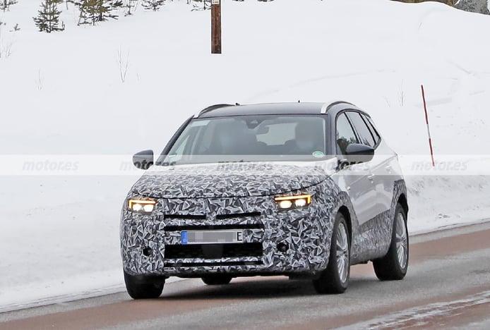 El Opel Grandland Facelift 2022, cazado en fotos espía en las pruebas de invierno