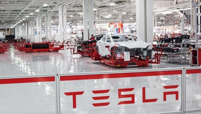 Tesla anuncia beneficios pero sigue perdiendo dinero fabricando y vendiendo coches