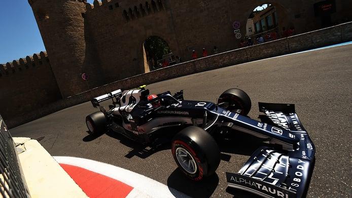 Gasly sorprende y Verstappen se estrella en los terceros libres de Bakú