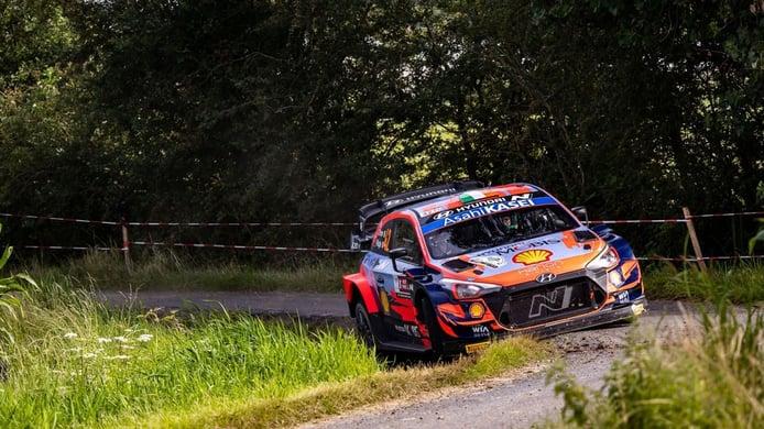 El belga Thierry Neuville sigue al frente de un accidentado Ypres Rally