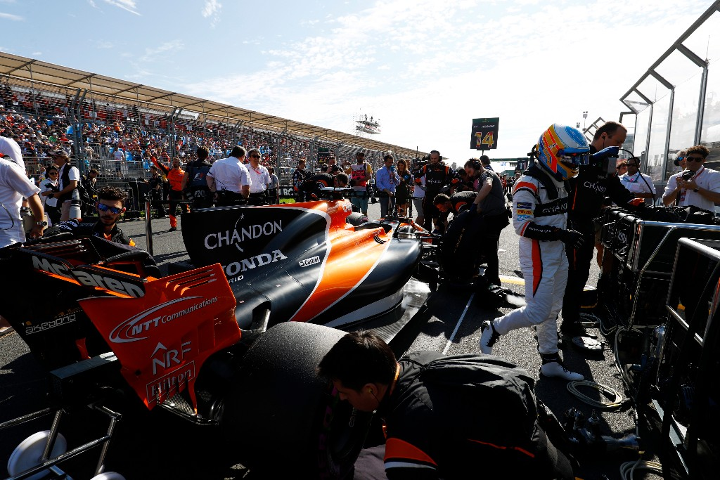 Fernando Alonso en la parrilla de salida de Australia