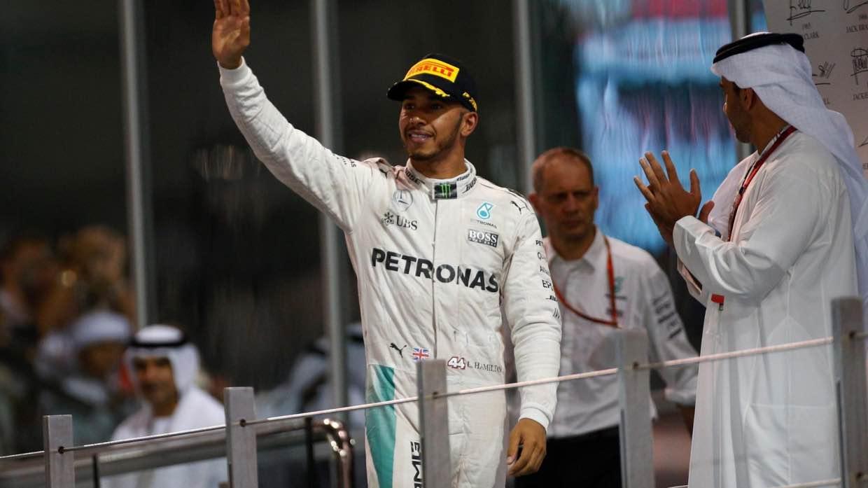 Lewis Hamilton saludando