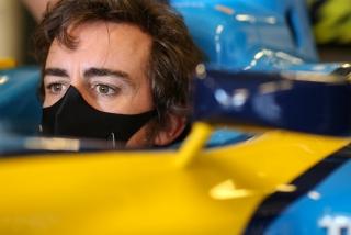 Las fotos de Fernando Alonso con el Renault R25 en Abu Dhabi Foto 5