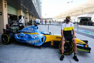 Las fotos de Fernando Alonso con el Renault R25 en Abu Dhabi