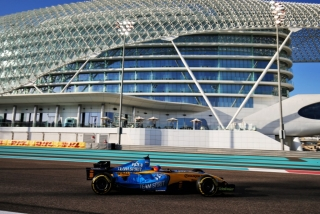 Las fotos de Fernando Alonso con el Renault R25 en Abu Dhabi Foto 14
