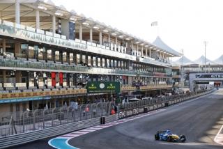 Las fotos de Fernando Alonso con el Renault R25 en Abu Dhabi Foto 16