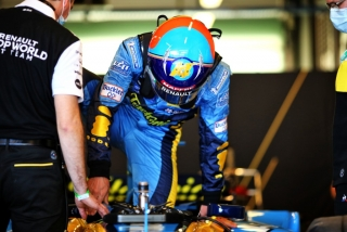 Las fotos de Fernando Alonso con el Renault R25 en Abu Dhabi Foto 17