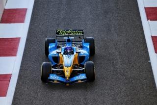 Las fotos de Fernando Alonso con el Renault R25 en Abu Dhabi Foto 18
