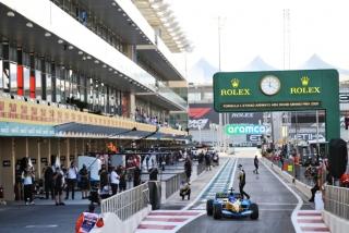 Las fotos de Fernando Alonso con el Renault R25 en Abu Dhabi Foto 19