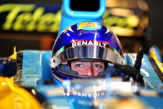Las fotos de Fernando Alonso con el Renault R25 en Abu Dhabi Foto 23