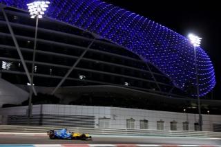 Las fotos de Fernando Alonso con el Renault R25 en Abu Dhabi Foto 25