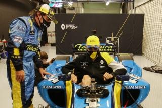 Las fotos de Fernando Alonso con el Renault R25 en Abu Dhabi Foto 31
