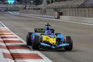 Las fotos de Fernando Alonso con el Renault R25 en Abu Dhabi Foto 27