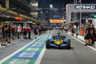 Las fotos de Fernando Alonso con el Renault R25 en Abu Dhabi Foto 28