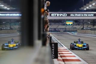 Las fotos de Fernando Alonso con el Renault R25 en Abu Dhabi Foto 29