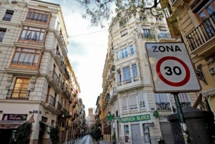 A 30 km por hora en las vías urbanas de un solo carril
