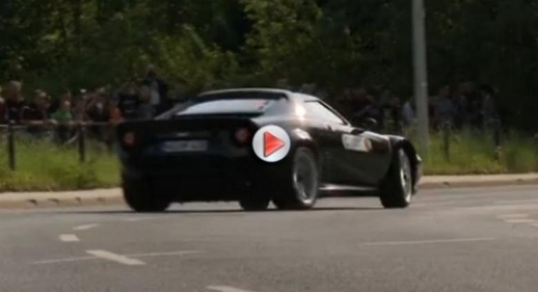 El nuevo Lancia Stratos disfruta en el circuito