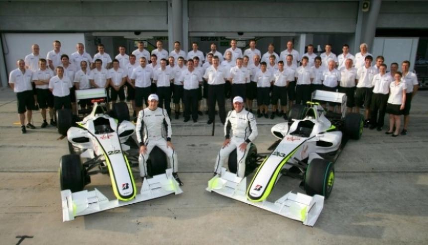 Jenson Button visitó la fábrica en Brackley