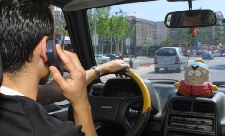 La principal distracción de los conductores, hablar por el móvil