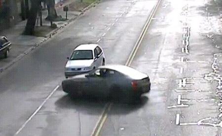 Una Ferrari descontrolada destroza un VW Gol