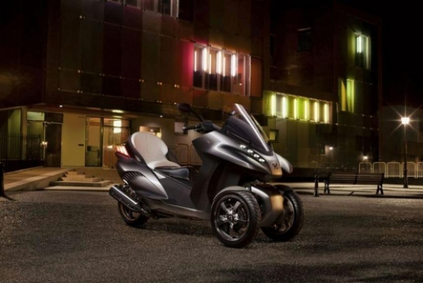 Peugeot presenta el Hybrid3 Concept, un triciclo llegado del futuro.
