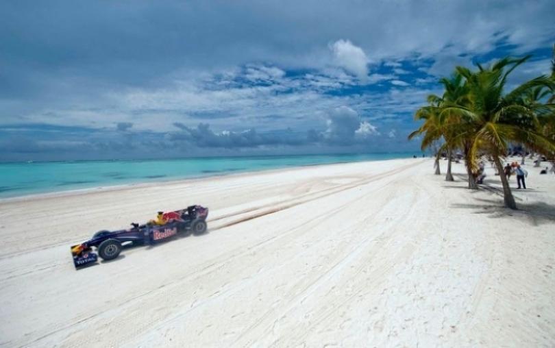 Un Red Bull corriendo por las playas del Caribe