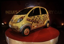 Un económico Tata Nano cubierto de oro, plata y piedras preciosas