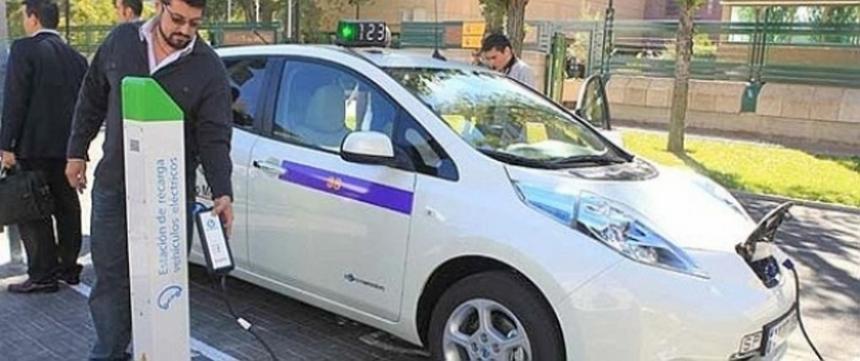 El primer Nissan Leaf taxi se estrena en Valladolid