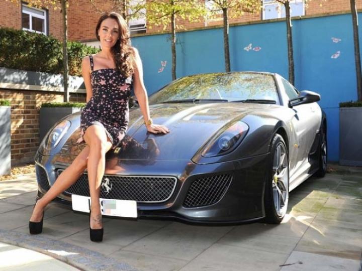 Tamara Ecclestone posa junto a su Ferrari 599 GTO