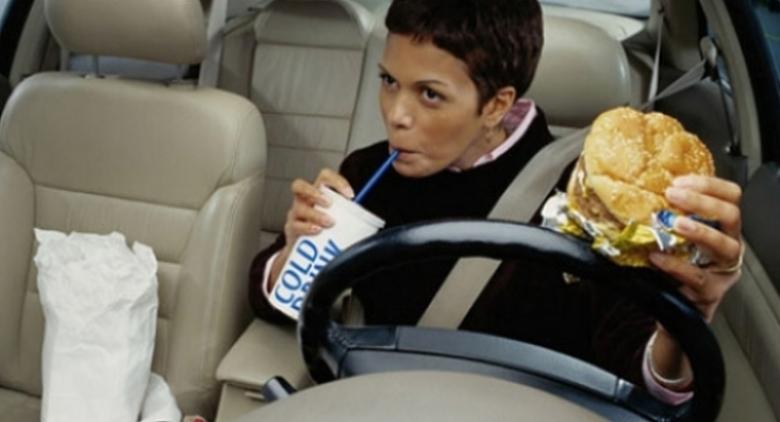 Comer mientras se conduce es más peligroso que hacerlo mientras se utiliza el móvil