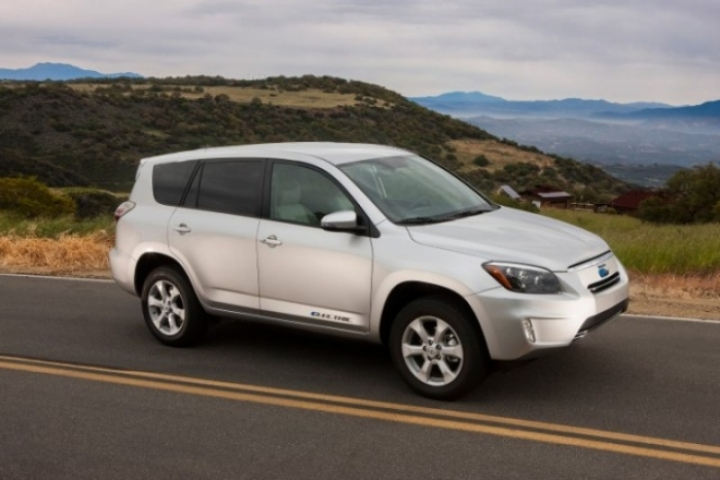 Toyota presenta la versión de producción del RAV4 eléctrico.