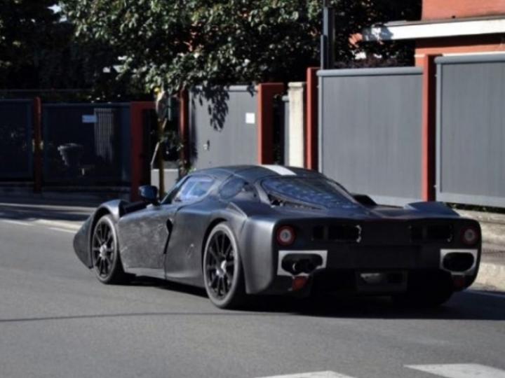 El Ferrari F70, reemplazante del Enzo, ya gira por las calles de Maranello