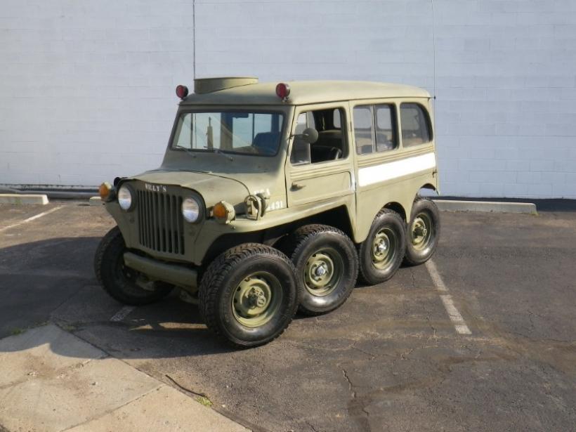 Un Jeep Willys con 8 ruedas y motor de Corvette, a la venta